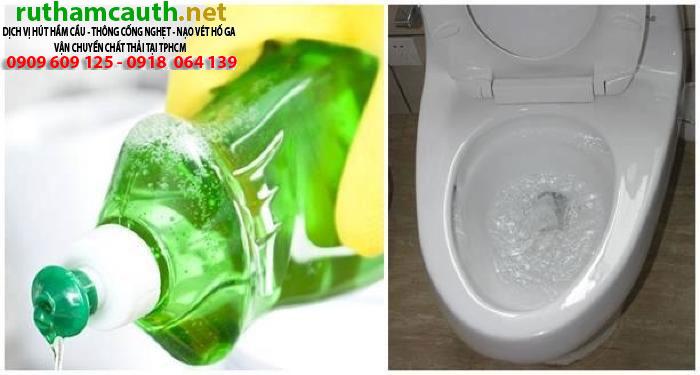 Thông bồn cầu bằng vài giọt nước rửa chén cực nhanh