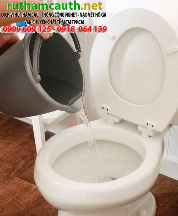 Phương pháp thông bồn cầu bằng nước nóng tại nhà